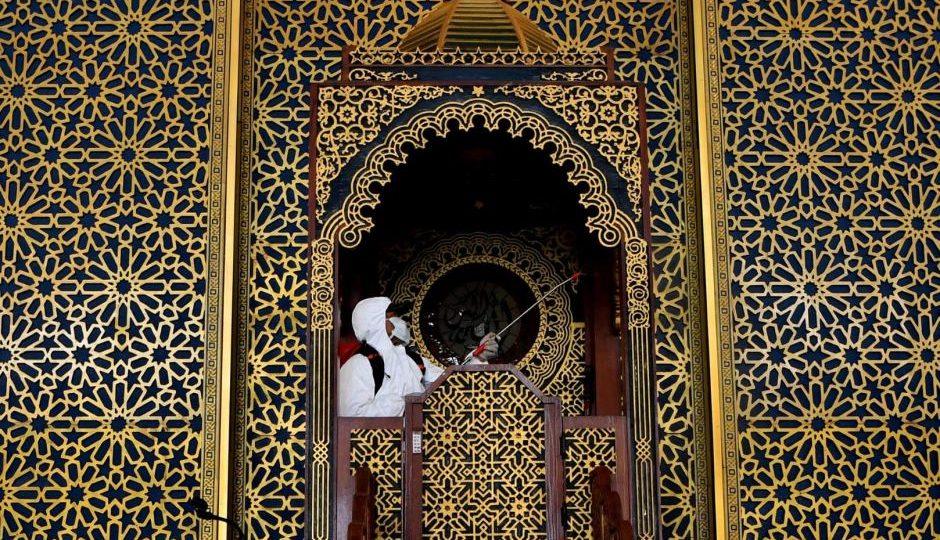 Desinfección mezquita en Indonesia COVID19. Fotografía de Zabur Karuru
